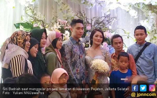 Siti Badriah Akhirnya Resmi Dilamar Kekasih - JPNN.com