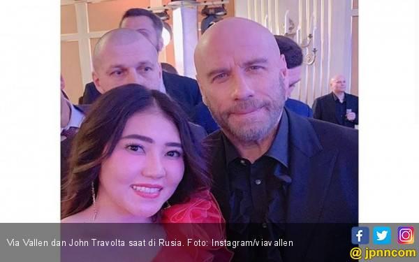 Via Vallen Semringah Bertemu John Travolta di Rusia - JPNN.com