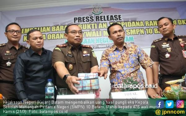 Ratusan Juta Uang Pungli Eks Kepsek Dikembalikan kepada Wali Murid SMPN 10 Batam - JPNN.com