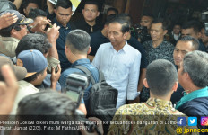 Jokowi Mendadak Hentikan Mobil Kepresidenan dan Masuk Toko Bangunan - JPNN.com