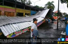 Angin Puting Beliung Hantam Kotabumi - JPNN.com