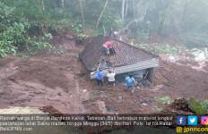 Rumah Warga Tertimbun Tanah Longsor, Nih Fotonya - JPNN.com
