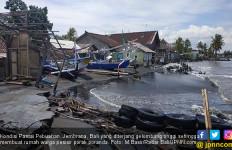 Cuaca Ekstrem, Pesisir Pebuahan Diterjang Gelombang, Rumah Warga Rusak Parah - JPNN.com