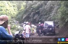 Hati- Hati ! Satu Ruas Jalan Menuju Bromo Alami Longsor - JPNN.com