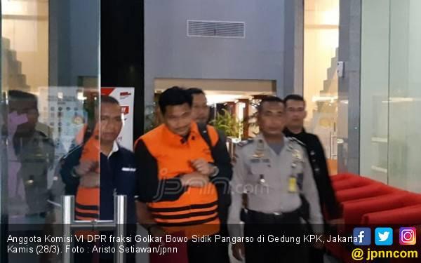 Kepala Tertunduk, Politikus Golkar Lesu Menuju Tahanan KPK - JPNN.com