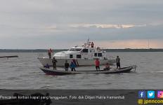 Kapal Patroli Ternate Evakuasi Penumpang KMP Permata Lestari V yang Kandas - JPNN.com