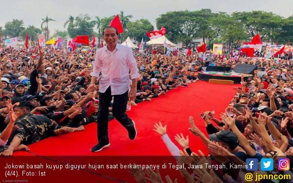 Jokowi Mandi Hujan Bareng Ribuan Pendukung di Tegal - JPNN.com