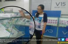 Terekam CCTV, Perampok Bersebo Pecahkan Etalase Toko Ponsel Pakai Besi - JPNN.com