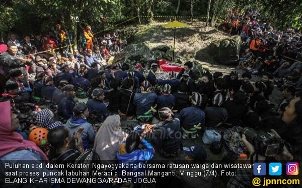 Prosesi Labuhan Merapi Dimulai dari Petilasan Mbah Marijan - JPNN.com