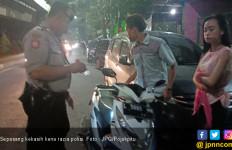 Jalan - Jalan Sama Pacar Sambil Bawa Pisau, Kena Deh - JPNN.com
