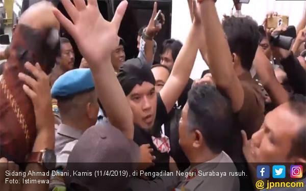 Diseret ke Mobil Tahanan, Ahmad Dhani Nyaris Baku Hantam dengan Oknum Jaksa - JPNN.com