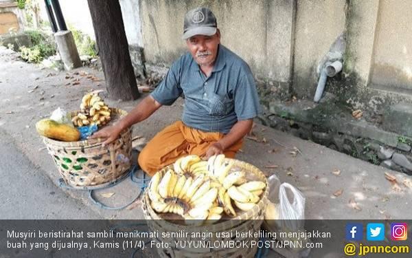 Kisah Musyiri, Keliling Jualan Buah agar Anak Bisa Sekolah - JPNN.com