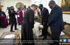 Paus Fransiskus Mendadak Cium Kaki Pemimpin Sudan dan Memohon - JPNN.com