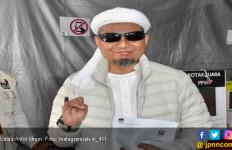 Berkacamata Hitam, Ustaz Arifin Ilham Nyoblos di Penang - JPNN.com