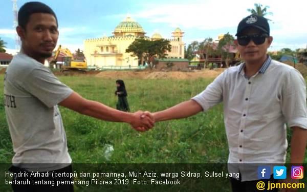 Pendukung Jokowi dan Prabowo Bertaruh, Taruhannya Lapangan Desa - JPNN.com