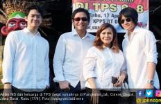 Kompak Berbaju Putih, Addie MS dan Famili Sambangi TPS - JPNN.com