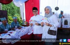 Berbaju Putih Bersarung Merah, Bupati Banyuwangi Mencoblos di Kampung Kelahiran - JPNN.com