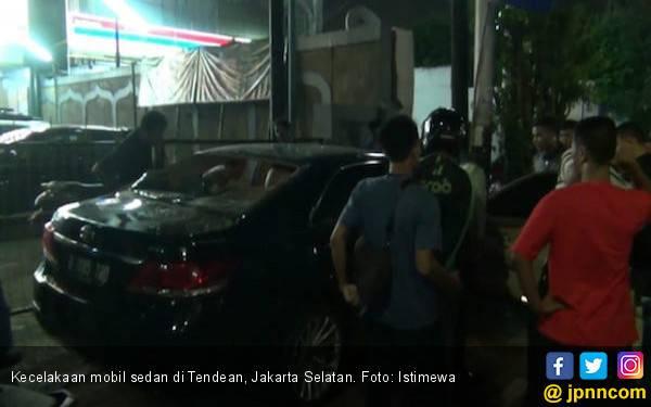 Mobil Seruduk Motor di Parkiran Tendean, Belasan Orang Terluka - JPNN.com