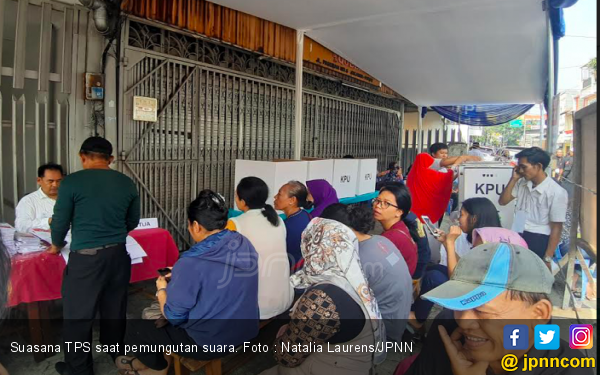 Ditolak KPPS, Puluhan Mahasiswa dan Warga Menggeruduk Kantor Kelurahan - JPNN.com