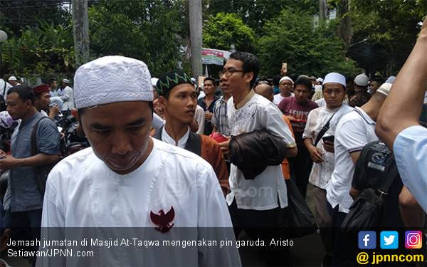 Sebelum Sujud Kemenangan, Prabowo dan Sandiaga Jumatan Terpisah - JPNN.com