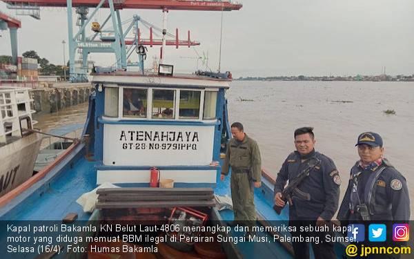 KN Belut Laut Tangkap Kapal Bermuatan BBM Ilegal di Sungai Musi - JPNN.com