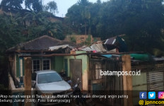 Hujan Disertai Puting Beliung Terjang Rumah Warga Tanjungriau Batam - JPNN.com