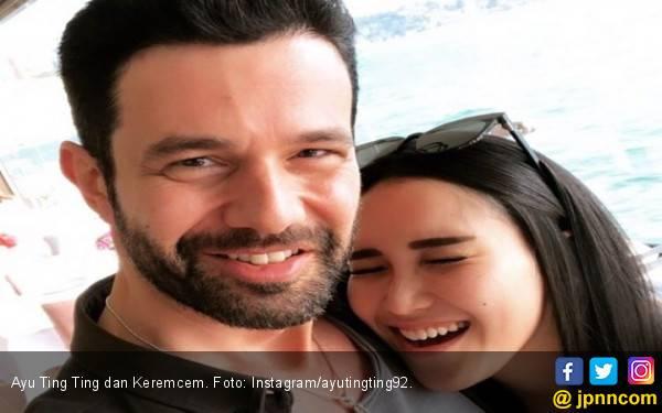 Peluk Penyanyi Turki, Ayu Ting Ting Kena Semprot di Medsos - JPNN.com