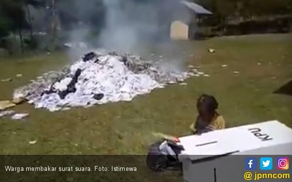 Pembakaran Surat Suara di Puncak Jaya: Tidak Ada Pilpres, Surat Suara Diikat Bupati untuk Jokowi - JPNN.com