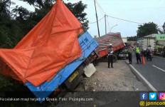 Sopir Truk Ngantuk Tabrak Tiga Kendaraan, Satu Orang Tewas - JPNN.com