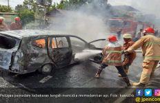 Mobil Pelangsir BBM Bersubsidi Terbakar di Depan Rumdin Danlanal Bengkulu - JPNN.com