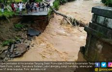 Oprit Jembatan Jebol Diterjang Banjir, Akses Jalan ke 17 Desa di Tanjung Sakti Terputus - JPNN.com