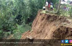 Tujuh Warga Bogor tengah Jadi Korban Tanah Longsor - JPNN.com