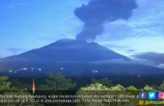 Jelang Matahari Muncul, Gunung Agung Erupsi Setinggi 1.000 Meter - JPNN.com