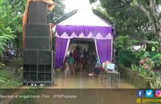 Namanya Juga Cinta, Tetap Gelar Resepsi di Tengah Banjir - JPNN.com
