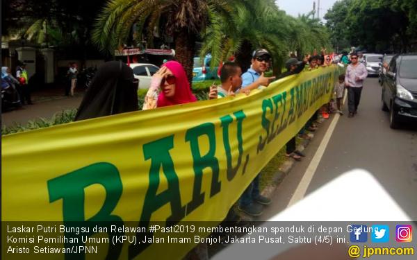 Relawan Bentangkan Spanduk Kemenangan Prabowo - Sandi di Depan Gedung KPU - JPNN.com