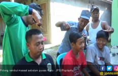 Warga Kompak Potong Rambut Sebelum Puasa, Ini Alasannya - JPNN.com