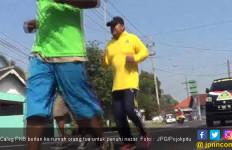 Caleg yang Terpilih Penuhi Janji Lari 15 Kilometer Menuju Rumah Orang Tua - JPNN.com