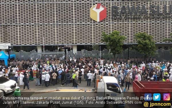 Bawaslu Dikepung Pendukung Prabowo, di KPU Malah Ramai Aksi Bagi-bagi Takjil - JPNN.com