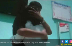 Vanessa Angel Menangis di Pelukan Ayahnya - JPNN.com