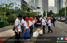 Bagi – bagi Takjil di Depan KPU Sambil Kampanye Tolak People Power - JPNN.com