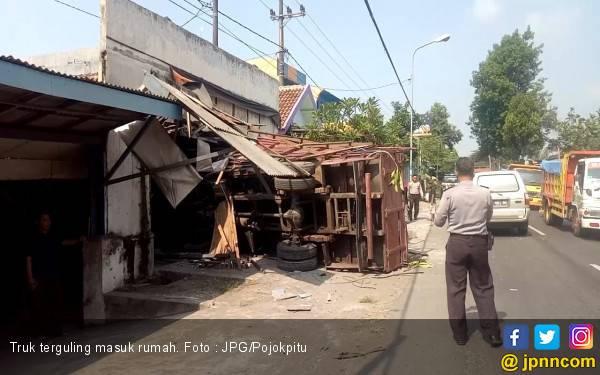 Mimpi Apa Semalam, Tiba - Tiba Rumah Ditabrak Truk Besar - JPNN.com