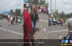 Viral Video Pria di Tasikmalaya Sebar Uang di Jalan - JPNN.com
