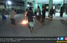 Tanpa Rasa Takut, Anak - Anak Bermain Sepak Bola Api - JPNN.com