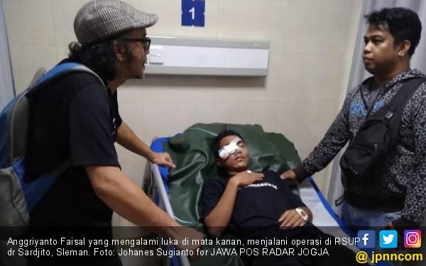 Mata Kanan Pemain PSS U-16 Anggriyanto Faisal Terkena Lemparan Pecahan Ubin - JPNN.com