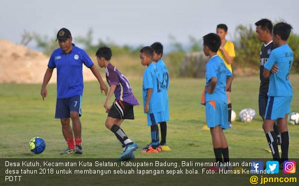 Kemendes PDTT: Memanfaatkan Dana Desa untuk Bangun Lapangan Sepak Bola - JPNN.com