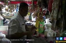 Hati - Hati Ada yang Jual Makanan dan Minuman Kedaluwarsa di Pasar - JPNN.com