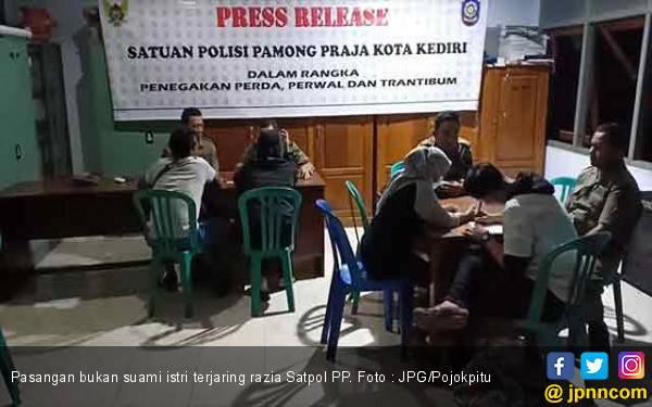 Hmm..Bukan Pasangan Suami Istri Berdua di Kamar, Pintu Terkunci Rapat - JPNN.com
