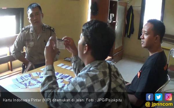Siapa Nih yang Buang Puluhan Kartu Indonesia Pintar di Jalan ? - JPNN.com