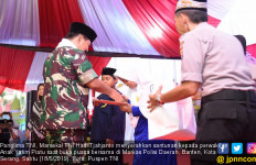 Panglima TNI Santuni Anak Yatim Piatu, Wakapolri Bantu Warakawuri - JPNN.com