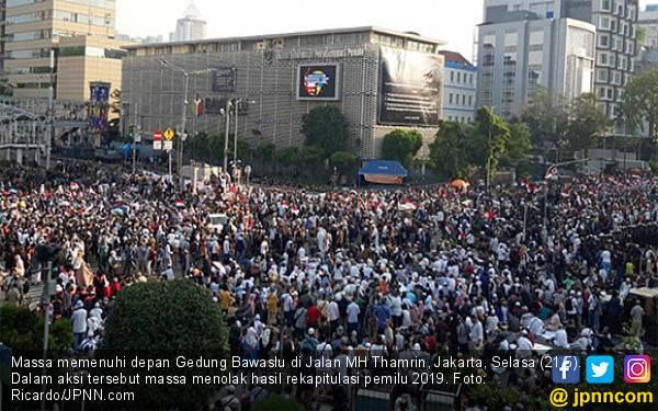 Di Bawaslu Pendukung Prabowo Unjuk Rasa, di Istana Pimpinan Partai Antre Pengin Ketemu Jokowi - JPNN.com